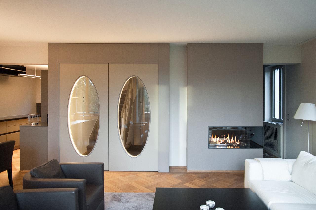Edle Türen mit ovalen beleuchteten Glasausschnitten, Innen- und Aussenseite mit Lederbezug.  Fotograf: Daniel Kessler, Zürich