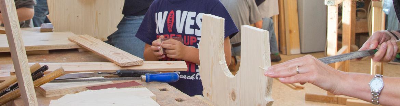 Die vorgefertigten Holzstücke werden in mehreren Arbeitsgängen bearbeitet und zusammengebaut.