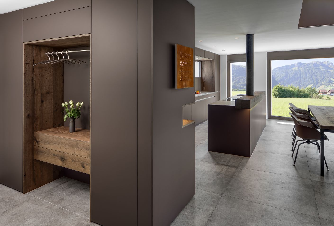 Das Spezielle in dieser Küchenplanung ist der Einbezug des Eingangsbereiches in das Küchendesign. Durch diesen Vorteil konnten auch H-Stützträger und oben ein Eisensturz mit der Garderobenfront verkleidet werden.