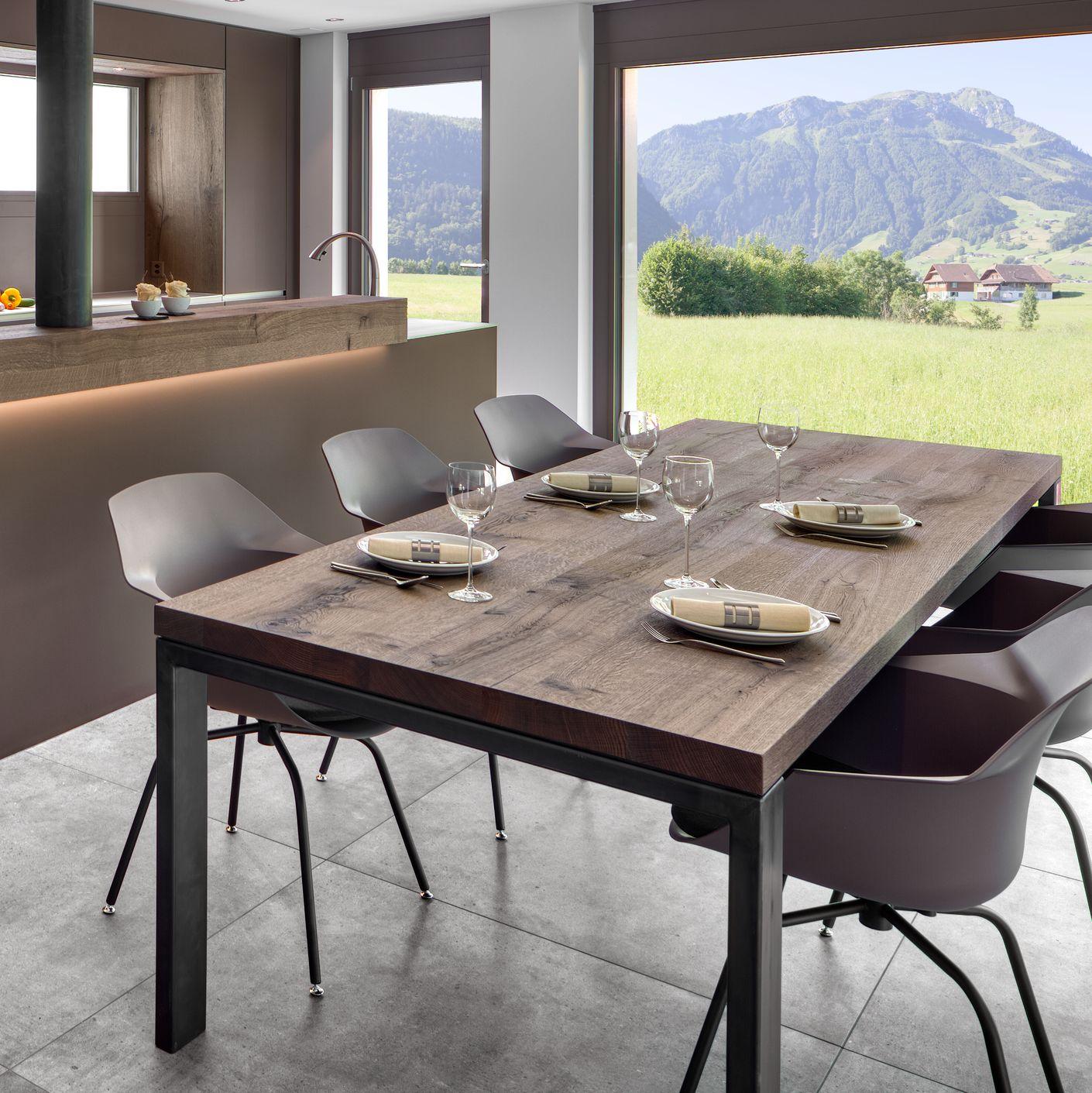 Eine Augenweide ist dieser Esstisch aus Mondsee Eiche Altholz, pfiffig kombiniert mit Zunderstahl, von Hand veredelt. Für mehr Beinfreiheit wurden die Tischfüsse aussen platziert.