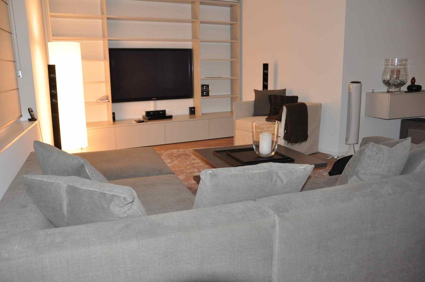 Schlicht und unauffällig präsentiert sich das Regalmöbel im Wohnraum. Passend zum Mobiliar sorgt es für Ambiente und bietet praktischen Stauraum.  Interior Design: www.Livingcube.ch