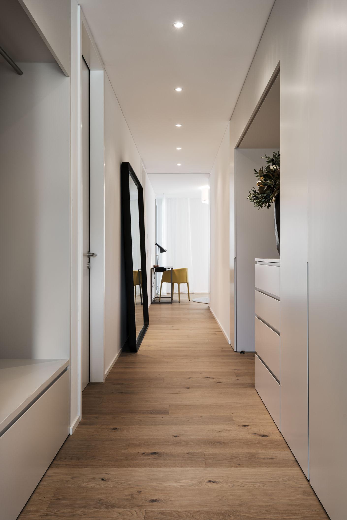 Der Eingangsbereich in Ihrem Daheim soll gut aussehen, den Charakter des Objektes unterstreichen und Raum für Kleider, Schuhe, Schlüssel & Handy bieten. Wir bauen Garderoben, so individuell, wie Sie wollen.  Interior Design: Daniel Stuber, Greige GbmH
