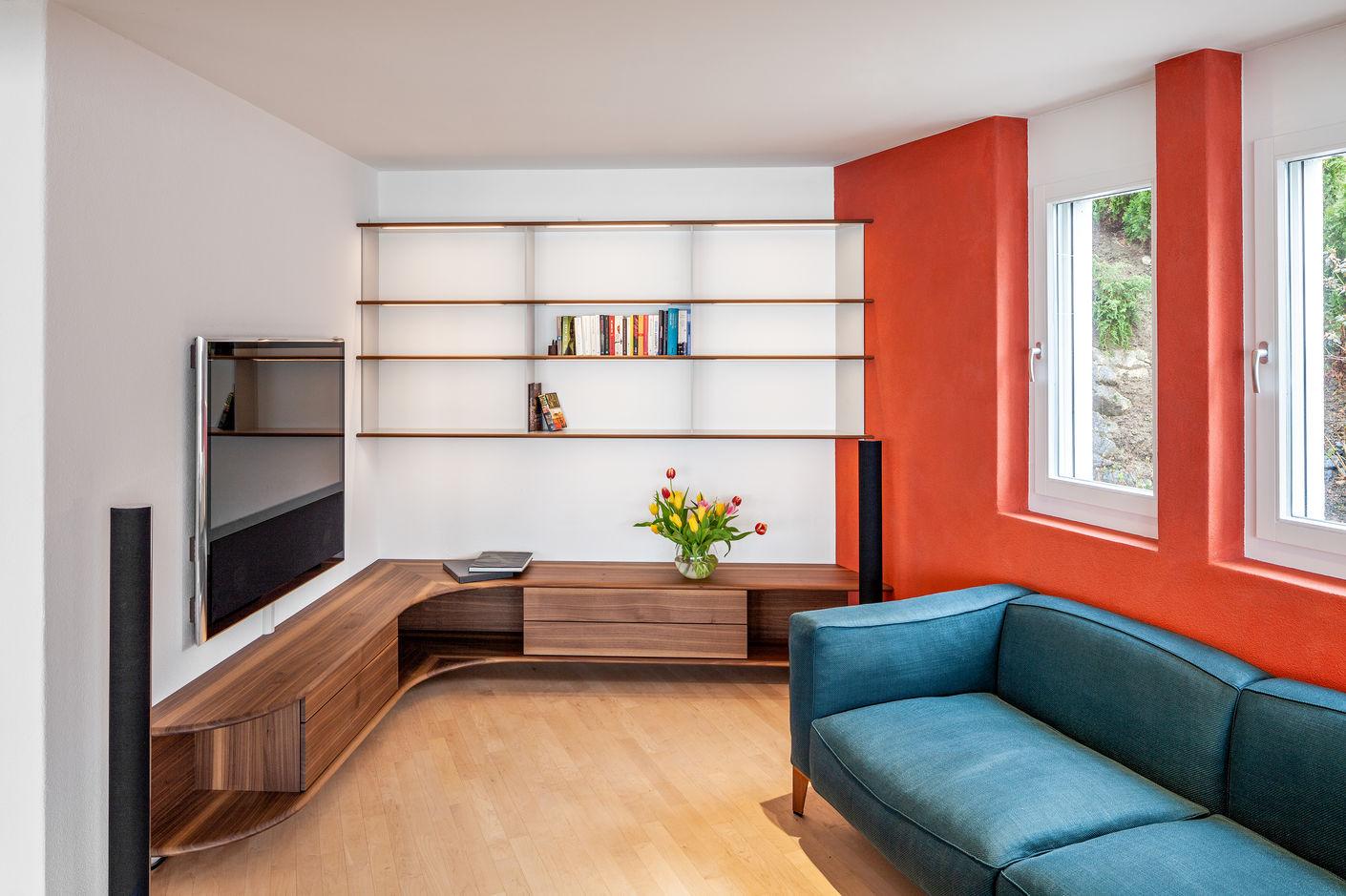 Schön praktisch: Die beleuchtete Bibliothek ist bald eingeräumt, das elegant geschwungene Sideboard verbreitert optisch den Raum und in den Schubladen finden auch CD's und DVD's Platz.