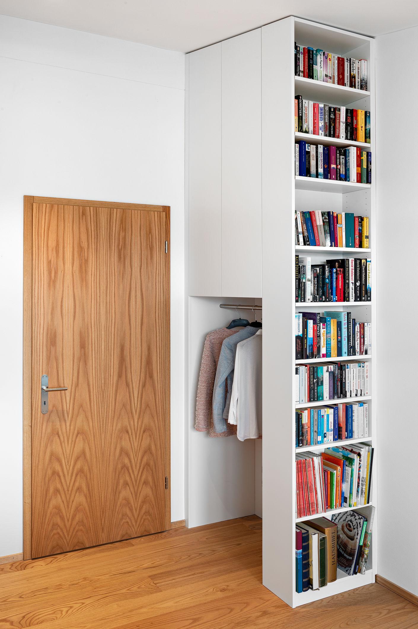 Garderobe & Bücherregal: In diesem Gästezimmer wird der raumhohe Stauraum optimal ausgenutzt. Im Sockel versteckt lässt sich eine kleine zusammenklappbare Leiter herausziehen.