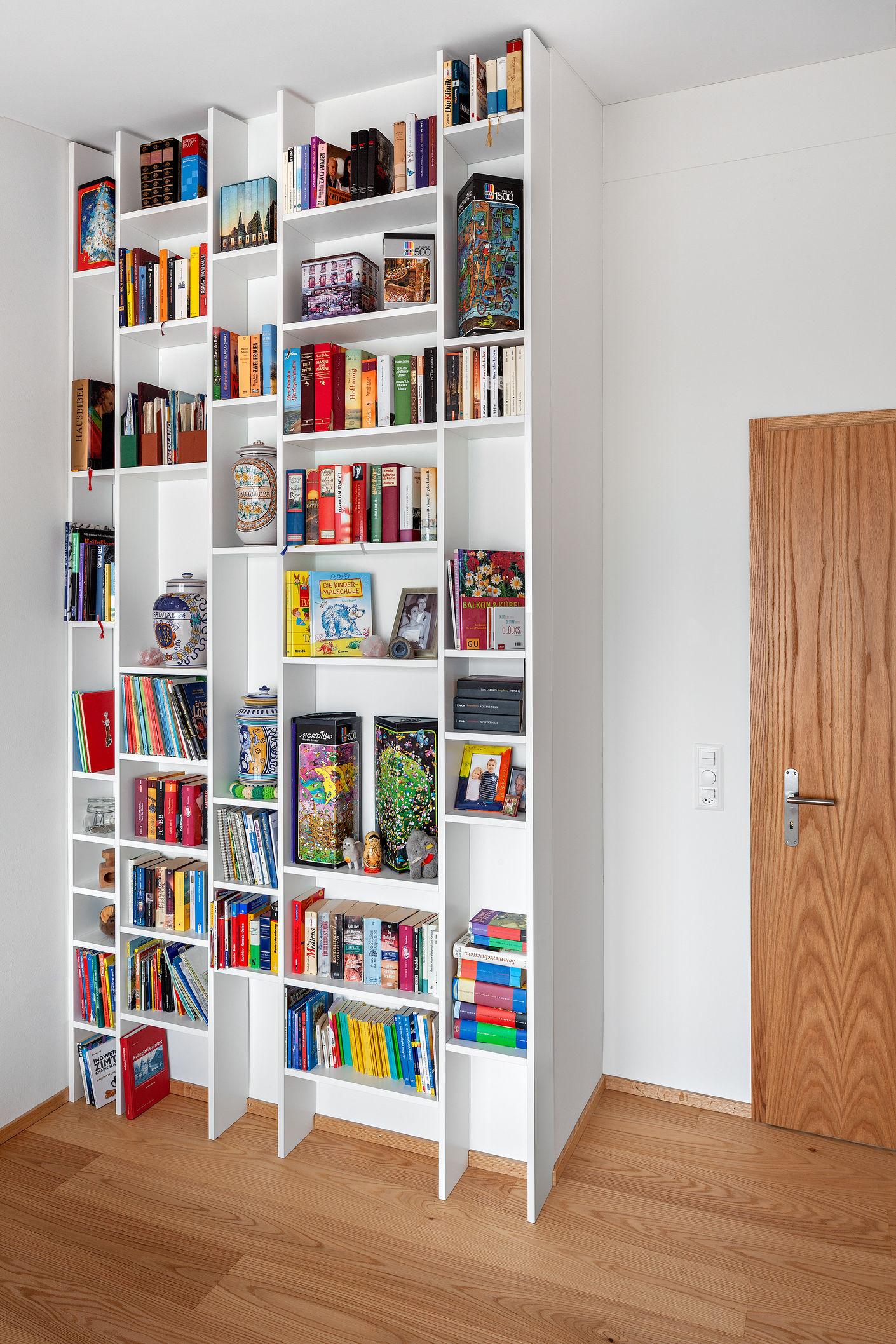 Unscheinbar fügt sich dieses Regal in den Raum ein und bietet unzählige Möglichkeiten, die lieb gewonnenen Kostbarkeiten in den Blickpunkt zu setzen.